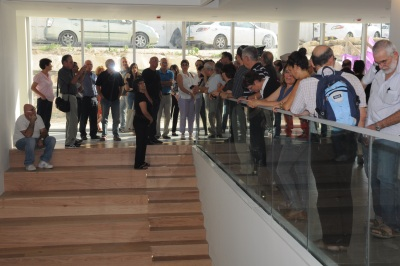 Engineering School - Mezuza Ceremony- Architect G. Schwartz with the crowd 18-10-2012